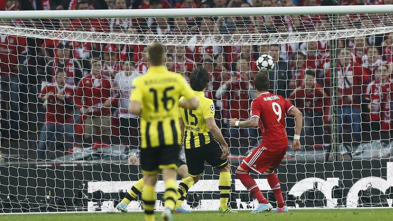 Mario Mandzukic strzela gola dla Bayernu