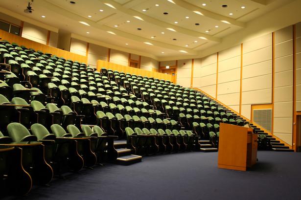 Wykłady z dużą liczbą uczestników mogą jednak odbywać się hybrydowo.