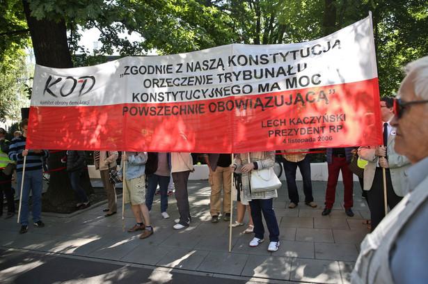 Pikieta Komitetu Obrony Demokracji przed siedzibą Trybunału Konstytucyjnego w Warszawie