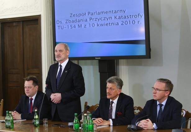 Członkowie prezydium zespołu podczas posiedzenia Zespołu Parlamentarnego ds. Zbadania Przyczyn Katastrofy TU-154M