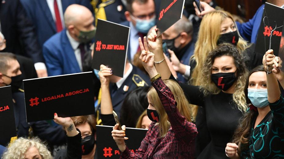 """Jachira o awanturze w Sejmie. """"Chciałyśmy zapytać prezesa, dlaczego się boi kobiet"""""""