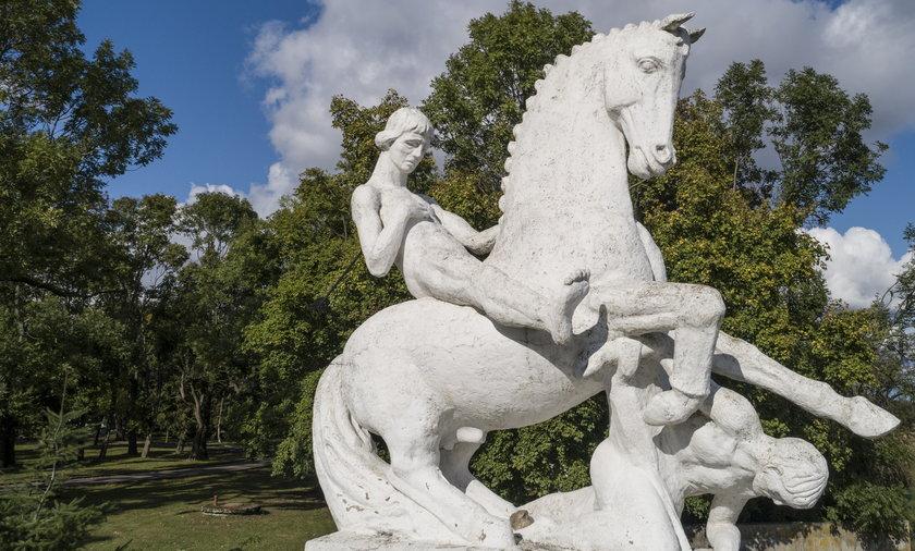 W Marcinkowie Górnym stoi pomnik Leszka Białego. Książę siedzi nagi na koniu, wygięty w agonii od przebijającej go strzały. To jeden z najdziwniejszych polskich monumentów.