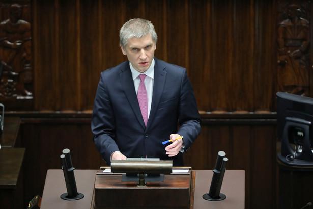 Piotr Nowak na sali obrad Sejmu