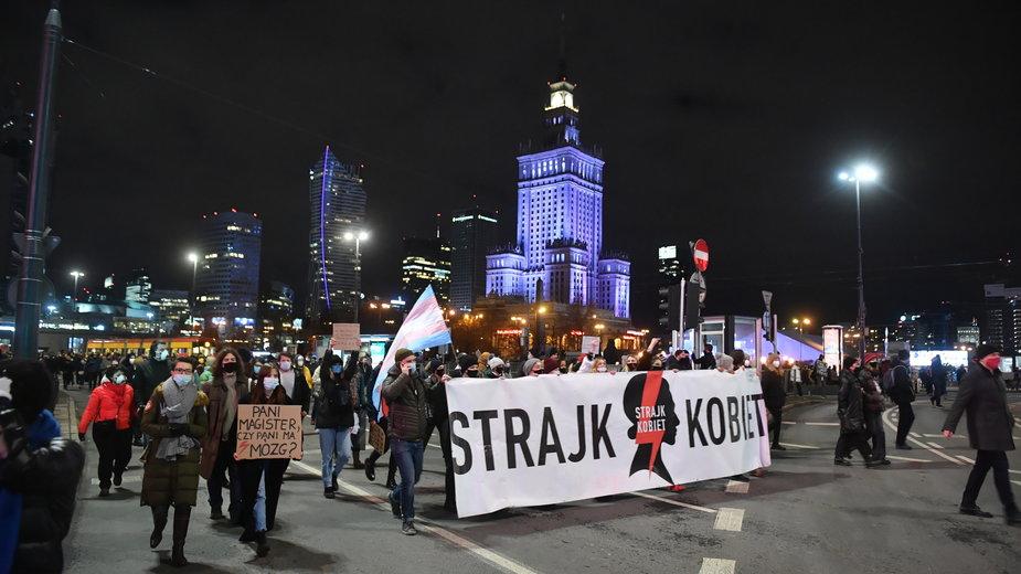 Warszawa. Manifestacja Strajku Kobiet po publikacji uzasadnienia wyroku TK