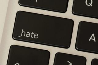 Mowa nienawiści w przestrzeni publicznej. Jak reagować na hejt