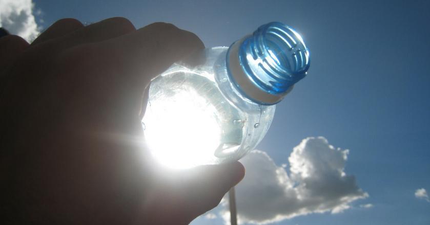 Woda butelkowana często nie różni się niczym od kranówki. Jest za to droższa, a same butelki stanowią poważne zagrożenie dla środowiska