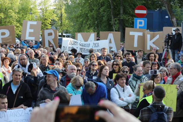 Manifestacja osób wspierających opiekunów i rodziców niepełnosprawnych