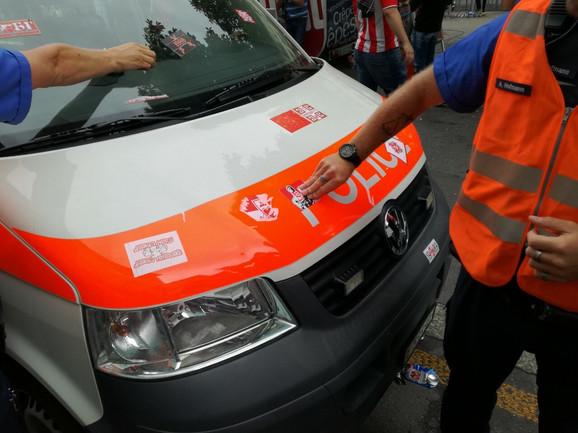 Policijski kombi u Bernu izlepljen nalepnicama