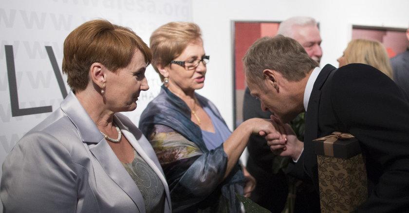 Tusk całuje Wałęsę w rękę