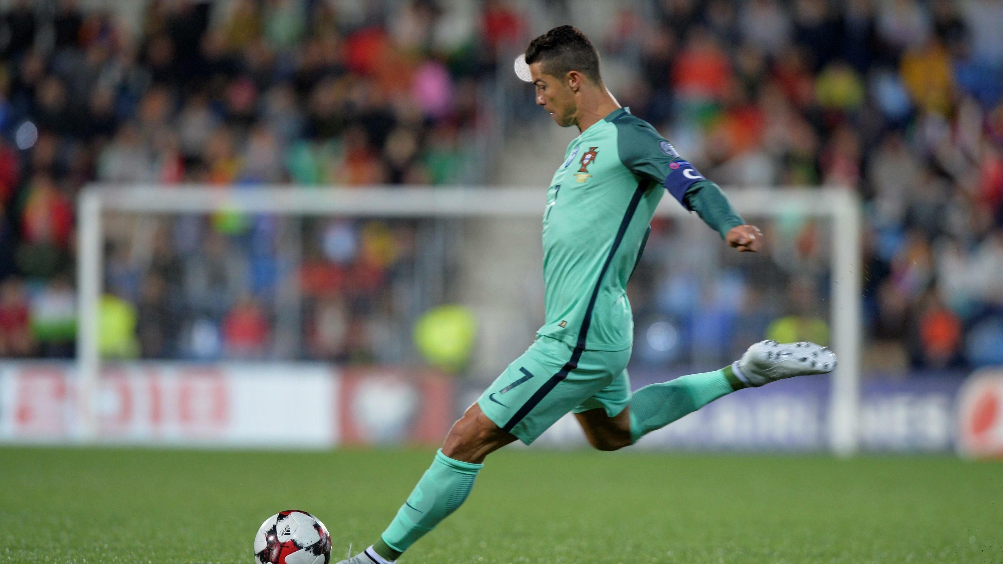 caafbc62f Cristiano Ronaldo walczy o awans na MŚ 2018 i koronę króla strzelców  eliminacji mundialu - Mundial 2018
