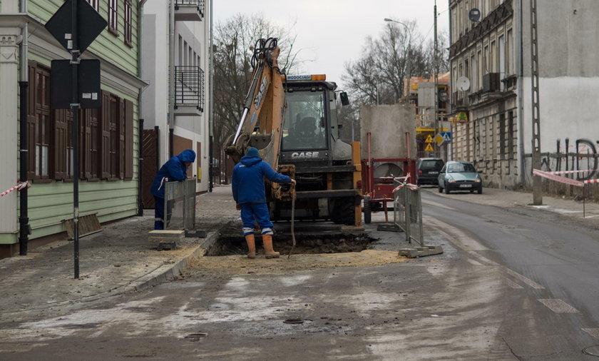 Awaria wodociągu na Przędzalnianej w Łodzi. Woda zalała ulicę