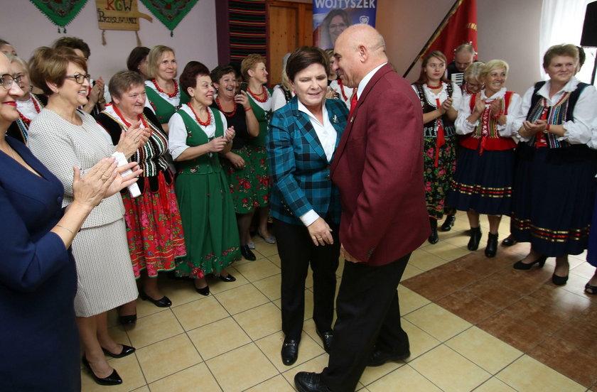 Beata Szydło tańczy z przewodniczącym Rady Miejskiej w Jędrzejowie