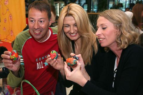 USKRŠNJA ČAROLIJA Poznati farbali jaja sa mališanima! (FOTO)