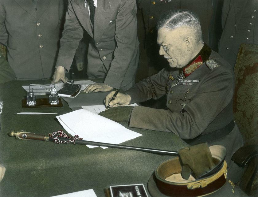 Niemcy podpisują akt kapitulacji
