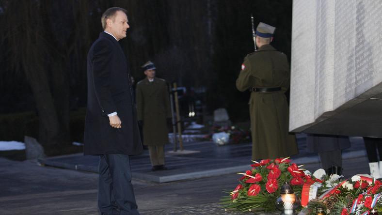Donald Tusk oddaje hołd ofiarom katastrofy smoleńskiej
