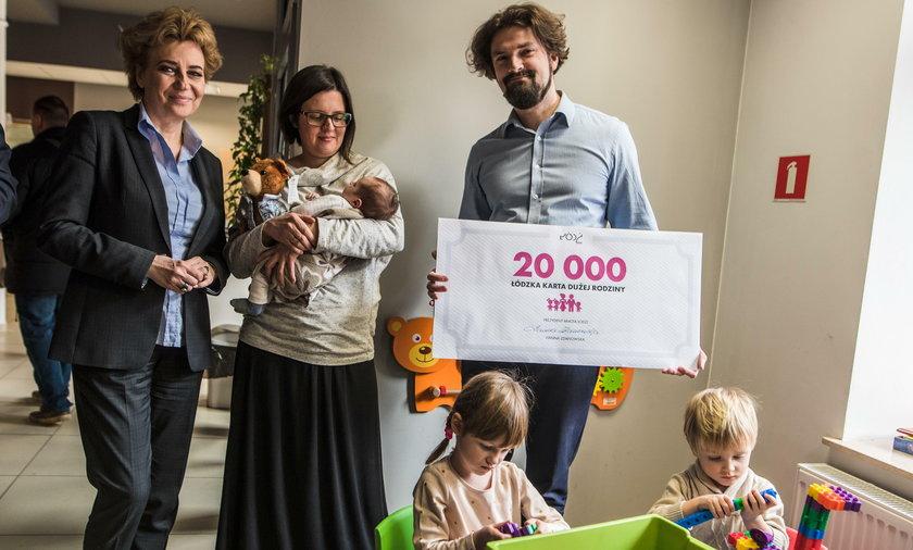 Karta Dużej Rodziny w Łodzi. Prezydent Hanna Zdanowska wydała kartę numer 20.000