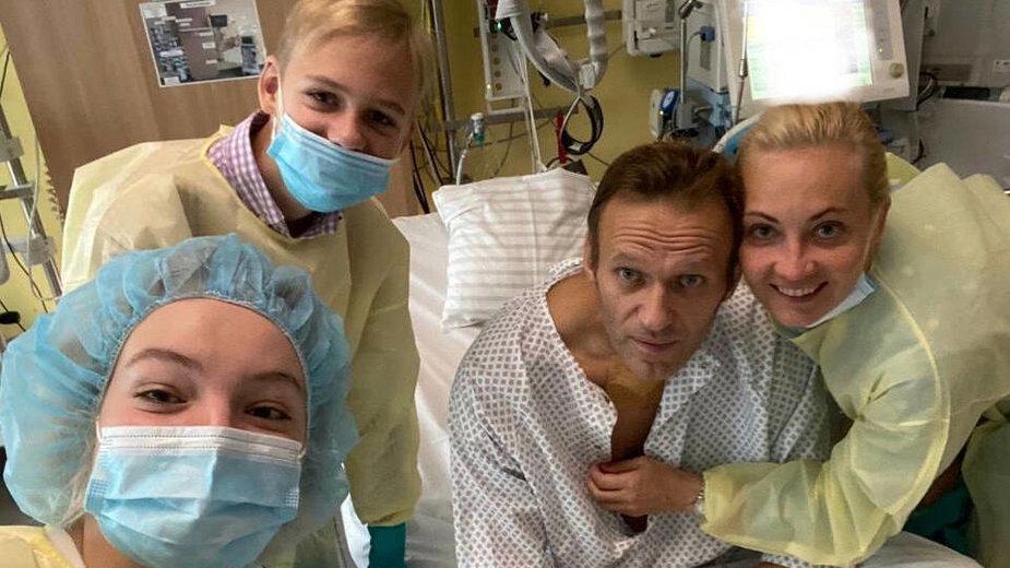 Nawalny w klinice w Berlinie z rodziną - żoną Julią i dziećmi. 15.09.2020 r.