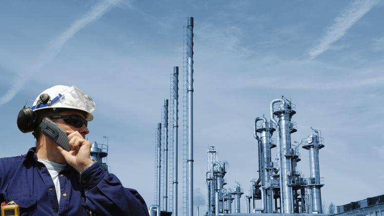 platforma rafineria inzynier ropa gaz przemysl praca naftowa nafta rurociag gazociag pracownik robotnik kask