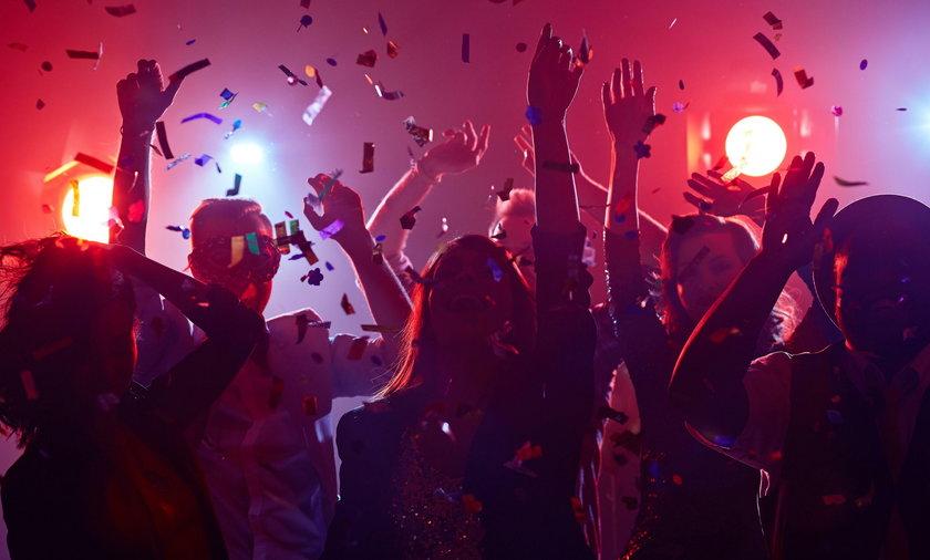 Ludzie tańczący w klubie