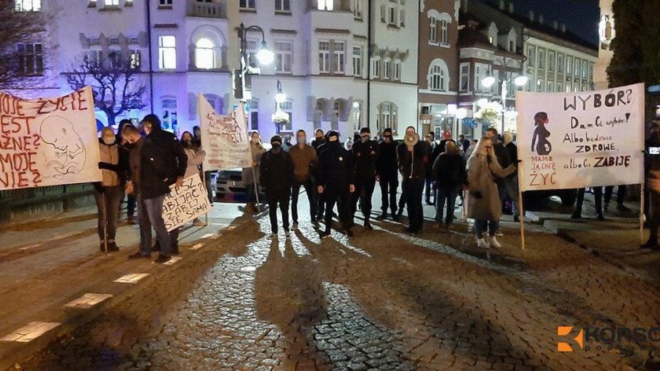 """Blokada """"obrońców życia"""" zlokalizowana na alei Lubomirskich."""