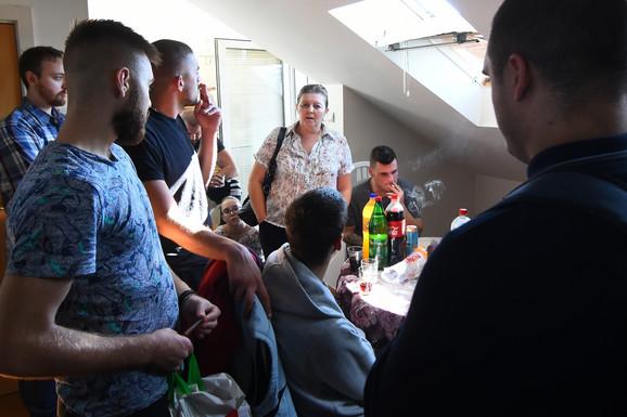 Porodica Jakšić s prijateljima u stanu