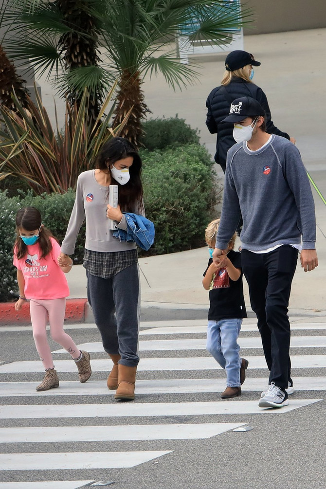 Mila i Ešton sa decom