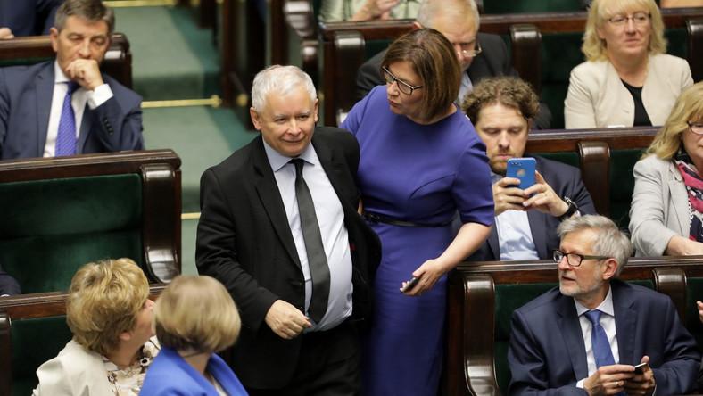 Prezes Prawa i Sprawiedliwości Jarosław Kaczyński (C-L) oraz rzecznik prasowy PiS Beata Mazurek (C-P) na sali obrad
