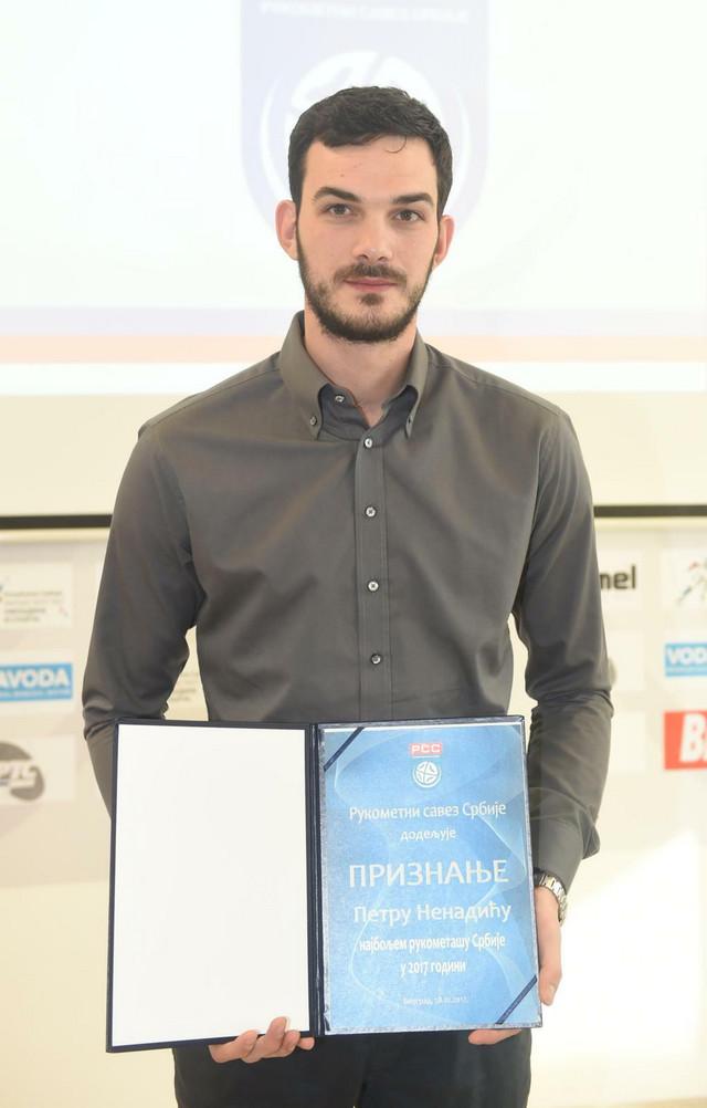 Petar Nenadić sa nagradom namenjenoj najboljem srpskom rukometašu u 2017. godini