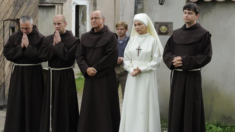 Na głębokiej prowincji, w podupadającym klasztorze, sennie i bez rozgłosu żyje sobie czterech mnichów z doglądającą ich siostrą Bazylią i przygarniętym z litości Frankiem – przybłędą.