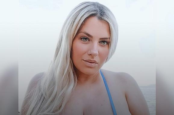 """Najviše od svega voli da ističe - OBIM! Hrvatska navijačica bujnih grudi zapevala u MIKRO bikiniju, a slike """"kači"""" na sajtu za odrasle! /VIDEO/"""