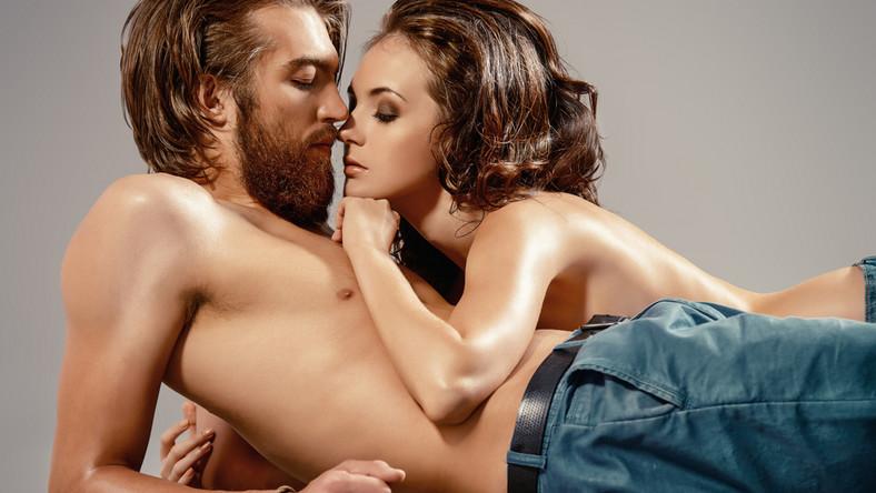 Orgazm równoczesny jest jednym z kilkunastu (lub według niektórych źródeł kilkudziesięciu) rodzajów orgazmu jakie można wywołać u kobiety. W czasach rosnącej świadomości seksualnej Polaków, coraz więcej osób zaczyna otwarcie mówić na temat swoich potrzeb i okazuje się, że nie wszystkim kochankom pasuje sytuacja w której to on zawsze kończy wcześniej… Jednymi z najbardziej poszukiwanych technik seksualnych są te, które pozwoliłby na równoczesne szczytowanie.