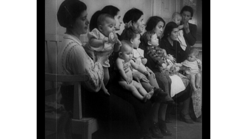 """Kadr z filmu """"W walce o zdrowie"""", fot. Filmoteka Narodowa"""