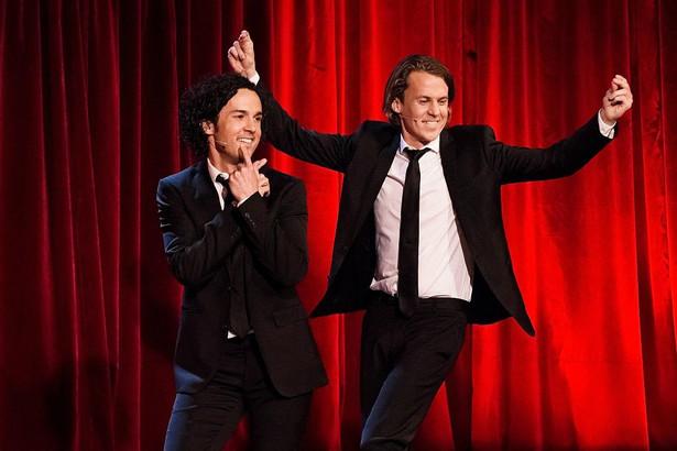 """10. """"What does the fox say"""" Piosenka norweskiego duetu komików Ylvis została stworzona jako teledysk promujący nowy sezon ich programu telewizyjnego. Komicy nagrali piosenkę, która miała być """"antyhitem"""", ale ku ich zaskoczeniu zyskała ogromną popularność w internecie. Trzy miesiące po umieszczeniu teledysku w serwisie YouTube miała na całym świecie 271 mln odsłon. Zdj. Pssmidi Pål S. Schaathun / TVNorge pressefoto (Own work) [GFDL (http://www.gnu.org/copyleft/fdl.html) or CC-BY-SA-3.0-2.5-2.0-1.0 (http://creativecommons.org/licenses/by-sa/3.0)]"""