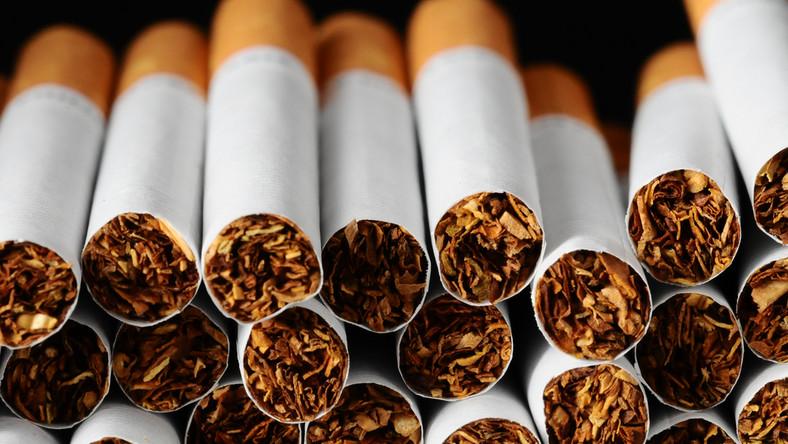 Były, są i będą drogie, a wszystko dlatego, że obowiązują na nie aż dwa podatki. Samego VAT-u - w tym przypadku sięga on 23 proc. - jest około 3,50 zł, a akcyzy - około 9 zł. Przy czym jej stawkę oblicza się dwutorowo (nakłada się na 1 tys. sztuk papierosów i wynosi ona na dziś 206,76 zł, a do tego dodaje 31,4 proc. wartości ceny). - Zakładając, że teraz paczka kosztuje około 15 zł, to wartość papierosa w papierosie to około 3-4 zł. Nie więcej - mówi dziennik.pl Dariusz Michał Malinowski, doradca podatkowy i wiceprzewodniczący Krajowej Rady Doradców Podatkowych. Tak na marginesie w tych 3-4 zł znajduje się nie tylko koszty surowców i produkcji, ale także marże producentów, hurtowników i sprzedawców.