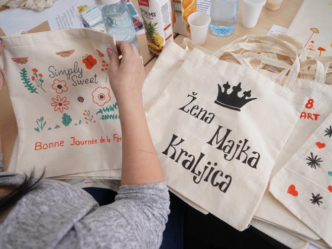 Zaposlene u kompaniji Delez Srbija oslikavale pamučne cegere, koji su puni voća i zdravijih proizvoda uručeni ženama u Sigurnim kućama