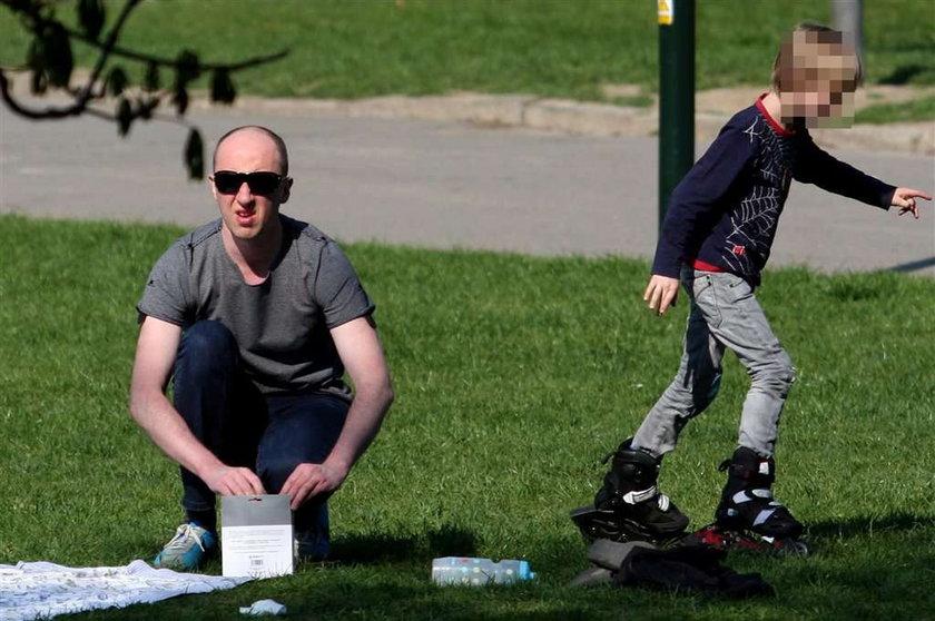 """Aktor """"Licencji na wychowanie"""" z dziećmi na pikniku. Foto"""