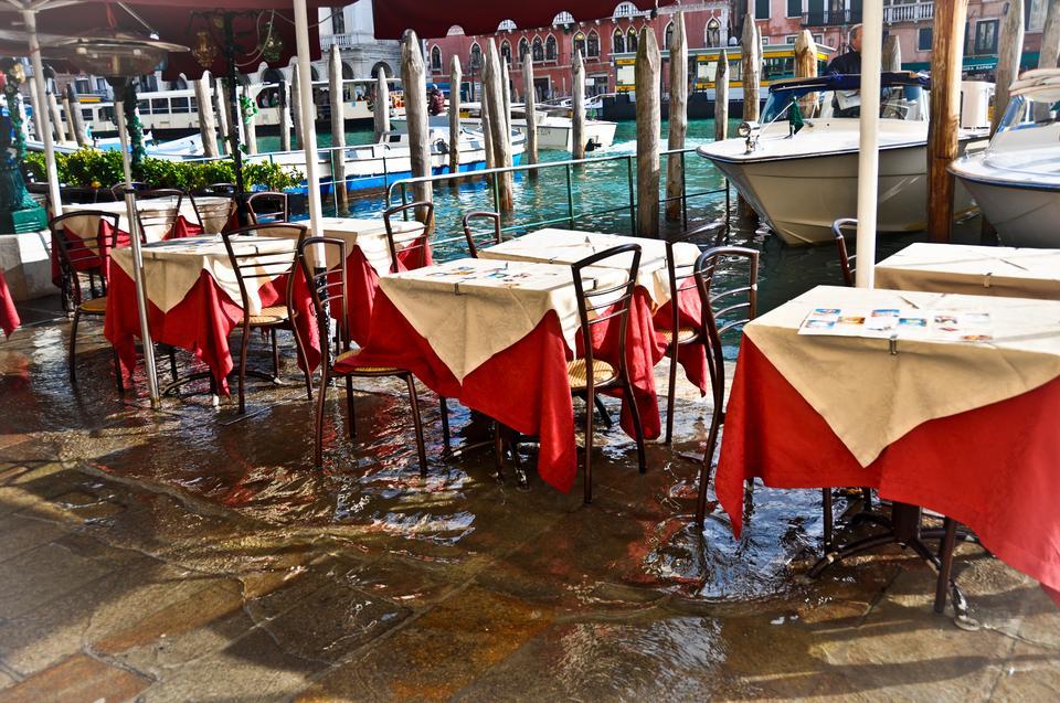 Warto spędzić trochę czasu w licznych, aczkolwiek bardzo drogich restauracjach ulokowanych bezpośrednio nad kanałami, czasami warto zaopatrzyć się w kalosze.
