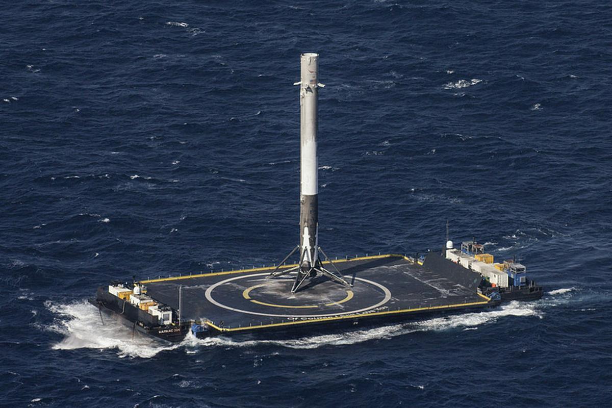 """Falcon 9 to rakieta wielokrotnego użytku, jej pierwszy stopień zazwyczaj ląduje na platformie i po lekkim """"liftingu"""" jest gotowa do kolejnej misji"""