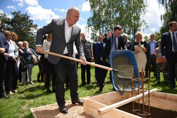 Goran Vesić polaže kamen temeljac za novu školu