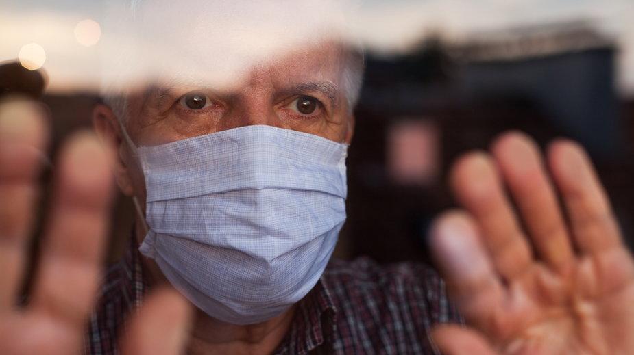 Psycholog: seniorzy czują, że są zagrożeniem, będą umierać w domach