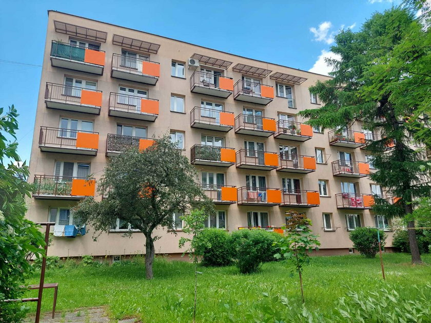 Na zdjęciach: budynek Spółdzielni Mieszkaniowej Jaskółka po zamontowaniu balkonów