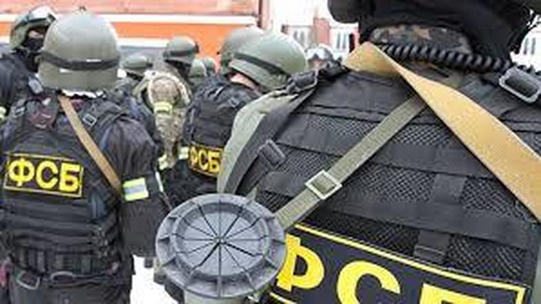 """To w rozszerzono możliwości operacyjno-rozpoznawcze FSB i zacieśniające kontrolę internetu. """"Z raportu funkcjonariusza FSB. Po oględzinach smartfona stwierdzono w nim przejawy ekstremizmu, na co wskazuje funkcja zmiana reżimu"""". Kwestionowano techniczne możliwości operacyjne służby w internecie. """"Hakera zapytano: – Kto jest twoim operatorem? – FSB. – Jak to? – Tyle pluskiew mi do telefonu napakowali, że przez nie do internetu wchodzę"""". Albo: """"Komunikat operatora: Outlook Express nie może wysłać poczty, ponieważ pracownik FSB kontrolujący pańskie konto jest chwilowo nieobecny"""""""