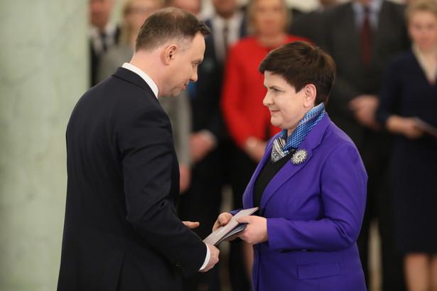 Prezydent Andrzej Duda wręcza akt powołania na wicepremiera Beacie Szydło.