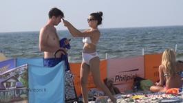Antoni Królikowski i Julia Wieniawa na plaży