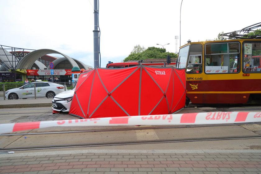 Tragedia na Piotrkowskiej w Łodzi. Taksówkarz zginął w zderzeniu z tramwajem.