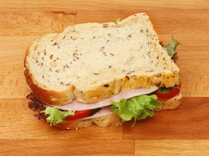 Majke su nas naučile OVU STVAR o korici hleba i LAGALE SU: Evo zašto ćete DVA PUTA razmisliti sledeći put kad jedete sendvič