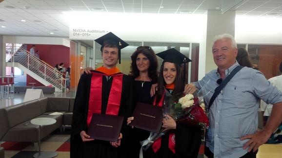 Sa roditeljima i dečkom na ceremoniji diplomiranja na Stanfordu