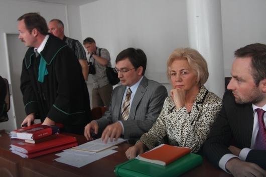 Mec. Piotr Pszczółkowski na sali sądowej w towarzystwie rodziny Ziobrów