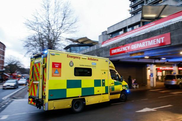 Ambulans przed Royal Free Hospital w Londynie