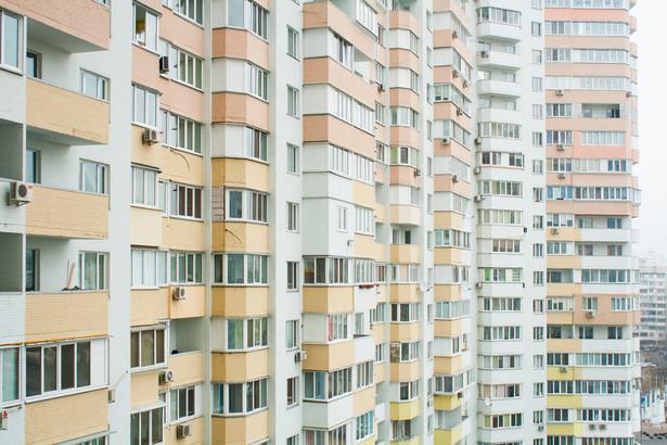 Jednocześnie mamy do czynienia ze stałym wzrostem cen na rynku nowych lokali, który powoduje, że kupujący wstrzymują się z decyzją o nabyciu mieszkania.